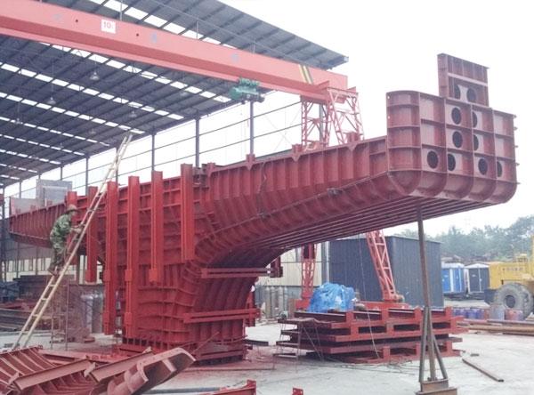 成都府青立交预应力悬臂桥墩钢模板